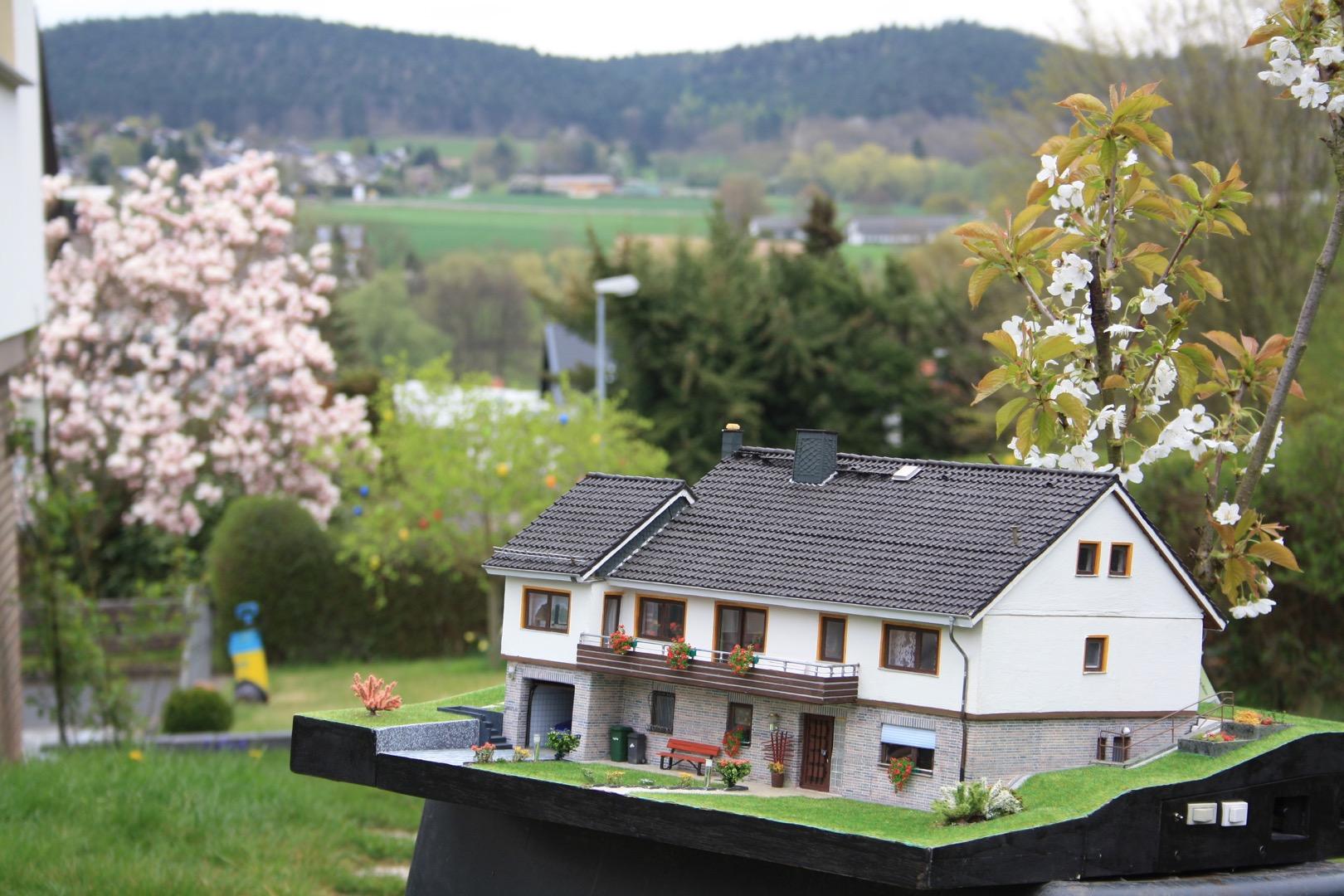 Modell vor der nordhessischen Landschaft