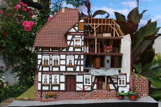 Das geöffnete Modell der Hagenmühle mit Inneneinrichtung