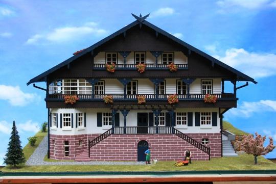 Frontansicht des Schweizer Hauses